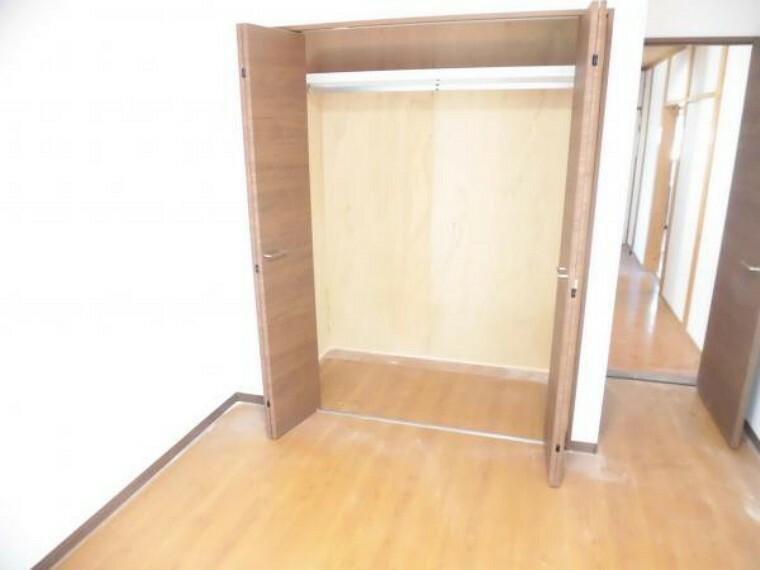 収納 【リフォーム済】1階の洋室のクローゼットです。建具は新品に交換しました。枕棚・パイプ付です。お荷物が多い方でもたくさん収納できるのでお部屋も広々使えますね。
