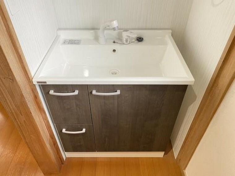 洗面化粧台 【リフォーム済】1階トイレの前には専用の洗面台があります。手を洗うとき、洗面脱衣所までいかなくてもいいので、手洗いがこまめに必要な時期はうれしいですね。洗面台は新品に交換しています。