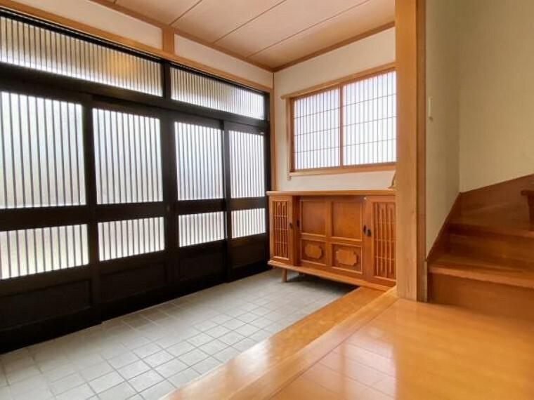 玄関 【リフォーム済】玄関の内側の写真です。お家の顔になる広い玄関は採光も取れていて気持ちのいい空間に仕上がりました。