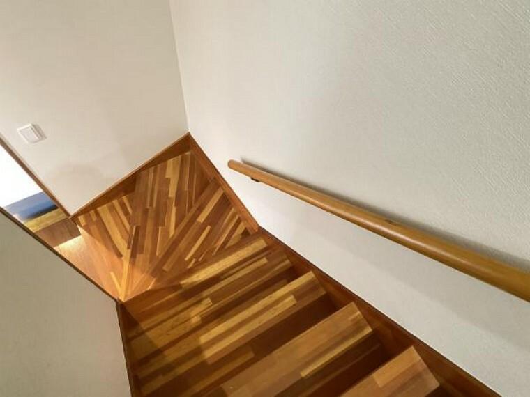 【リフォーム済】階段には手すりを設置したので、お子様やご年配の方でも安心して使用することができますね。
