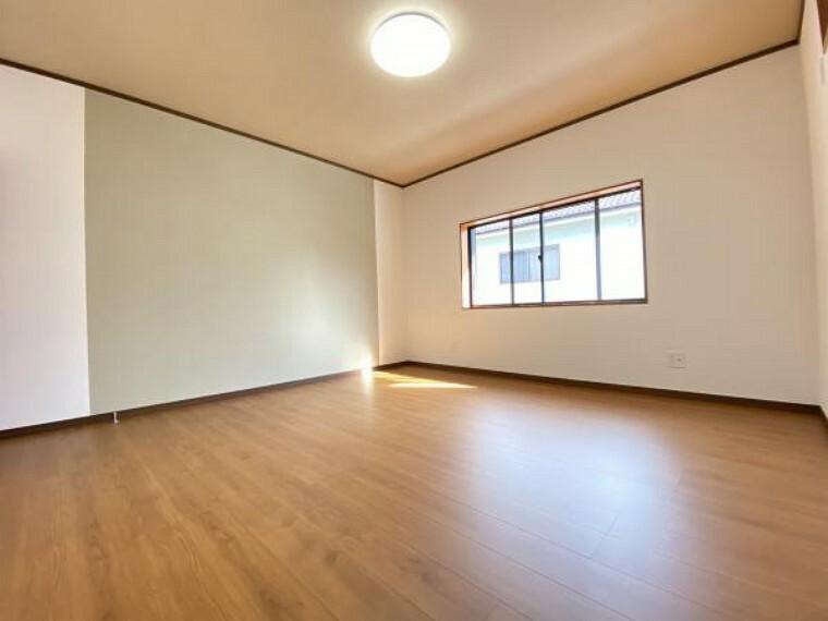 【リフォーム済】2階南東側の約8帖の洋室です。壁・天井はクロスを張替、床はフローリング重張を行っています。子供部屋にいかがですか。