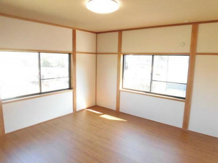 【リフォーム済】2階北西側の約8帖の洋室です。2方向からの採光が取れ、日当たり風通しが良いです。床はフローリング重張を行っています。