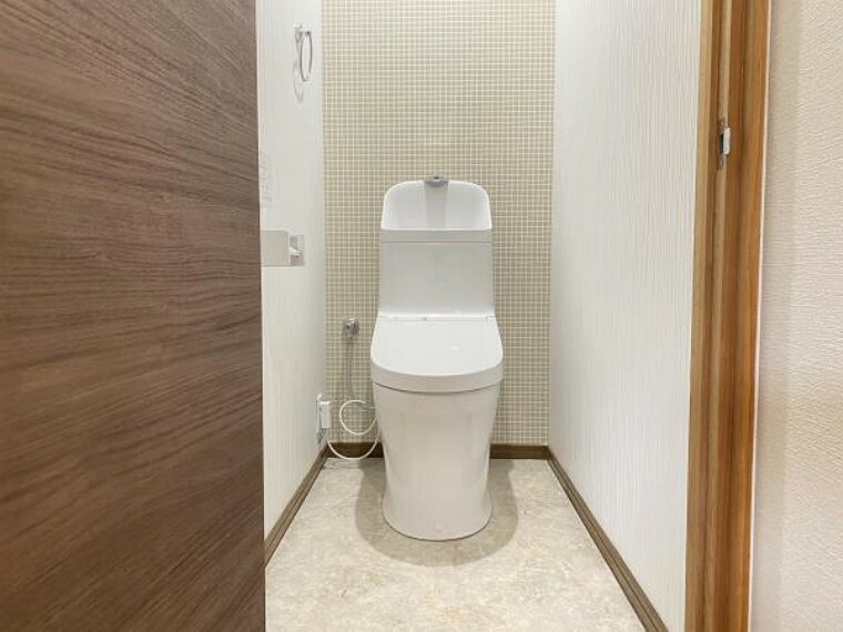 トイレ 【リフォーム済】2階にもTOTO社製の温水洗浄便座を新設しました。床は水・汚れに強いクッションフロアを貼り、壁・天井はクロスに張り替えしました。