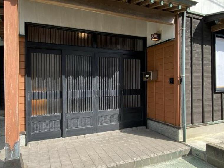 玄関 【リフォーム済】玄関の外からの写真です。4枚戸で開口を広くとることができます。玄関ポーチの前の段差を解消すると車いすやベビーカーなどもストレスなくお家に入ることができる広さがありますので、その際はご相談ください。