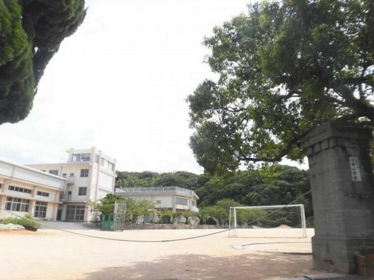 小学校 小串小学校まで約800mです。約徒歩10分なので小さなお子様でも通学可能です。