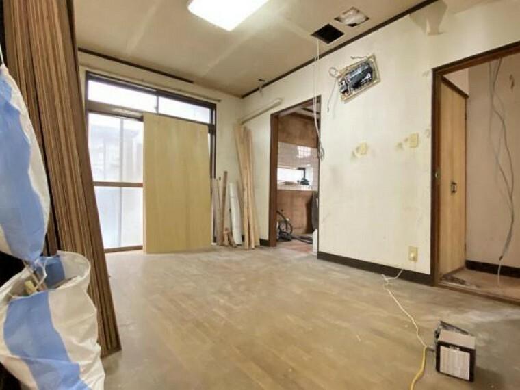【リフォーム中(10/10撮影)】1階の洋室です。これからクロスを張り替えていきます。奥にはウォークインクローゼットがあるお部屋です。
