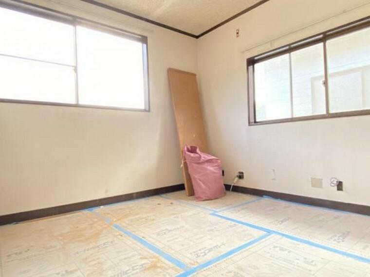 【リフォーム中(10/10撮影)】2階の南西側洋室です。これからクロスを張り替えていきます。
