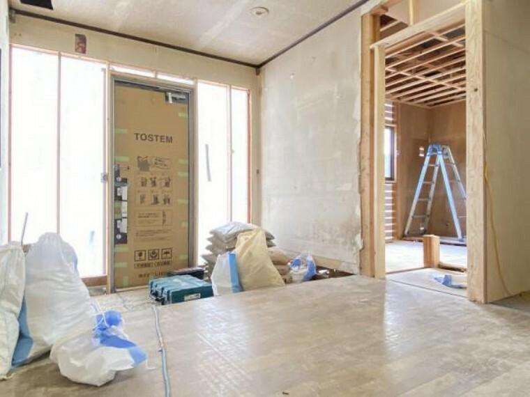 玄関 【リフォーム中(10/10撮影)】玄関です。新品の玄関ドアを設置しました。これからシューズボックスを設置します。