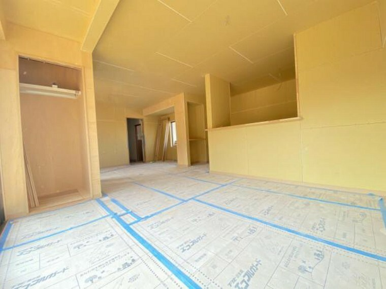 居間・リビング 【リフォーム中(10/29撮影)】居室をつなげて、約21帖の広々リビングへと生まれ変わる予定です。これからクロスを貼っていきます。
