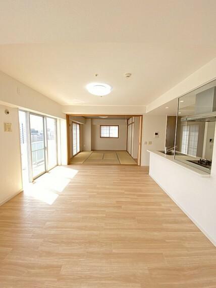 居間・リビング 小さいお子様が走り回ったとしても十分すぎるほどの空間。キッチンからもリビング全体を見渡せるのでお子様の事を常に見守れるのは安心ですね。