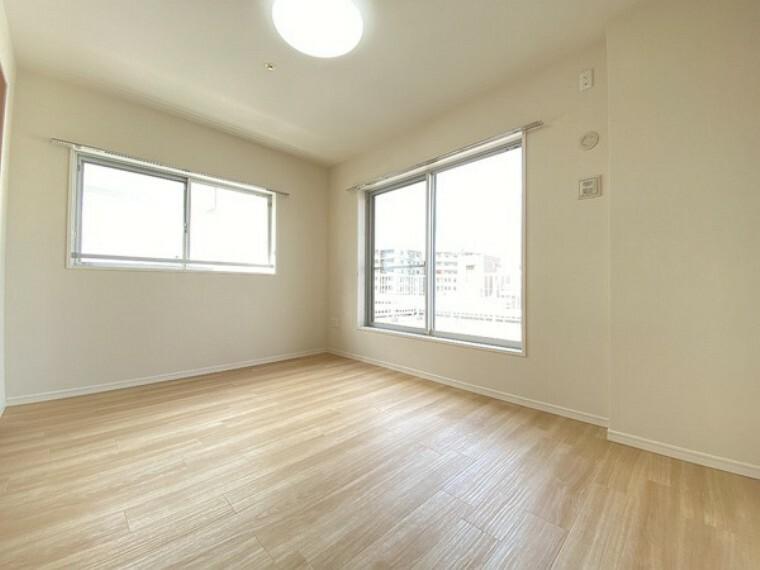 洋室 居室に窓が2ヶ所あるので、明るさの確保と、風の通り道ができることで換気のしやすいお家になっています。居室のドアを開けることなく空気が入れ替えることが出来ます