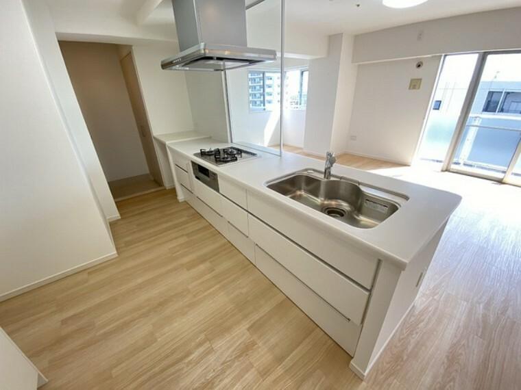キッチン ワイドで使い勝手の良い、キッチン。好評な三口コンロと充実した設備となっております。広々とした空間でするお料理は気持ちの良いものになります。