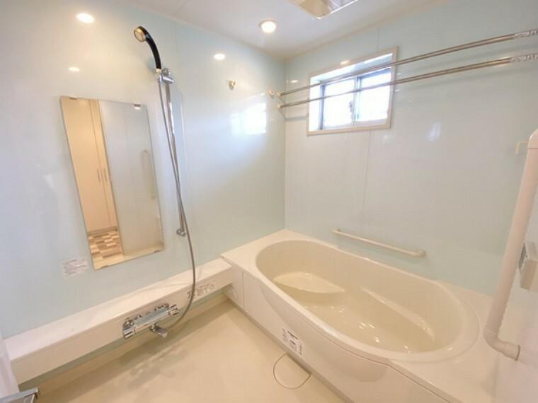浴室 浴室には、窓付きです。外での一日を忘れさせてくれるオートバス機能でお好みの湯量・温度に調整された浴槽。ゆっくりと浸かり疲れを癒せば、今日もまた、本当の自分が戻ってきます。