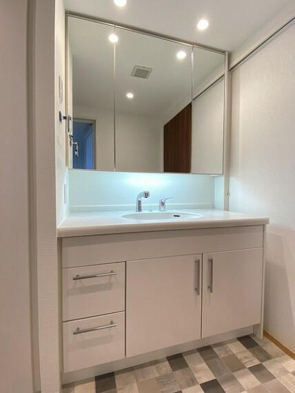 洗面化粧台 洗面台には三面鏡を採用。鏡の後ろに収納スペースがありますので散らかりやすい洗面スペースをすっきりさせる事が出来るのも嬉しいですね。