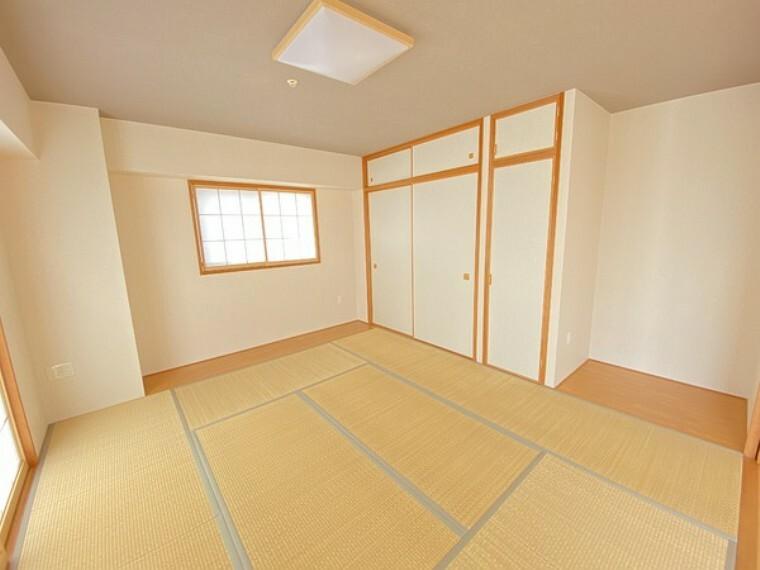 和室 和室です。リビングに隣接しておりますので、お子様の遊び場やお昼寝、来客時に便利です。おしゃれな縁なしの畳です。