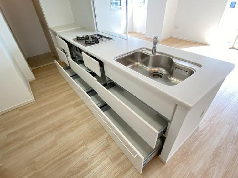 キッチン 広く使い勝手のよい空間と設備で、理想の暮らしを演出します。シンプルな使いやすさだけでなくたっぷりの収納力も実現しています。