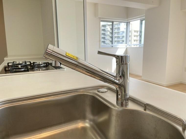 キッチン シングルレバー水栓。操作が片手で出来ますので、キッチンで料理や洗い物をする際などは便利です。 また、シャワーヘッドが伸びますので、シンクも隅々まで綺麗に洗い流せます。