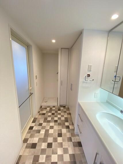 洗面化粧台 ゆったりとした洗面室には大きな収納もあります