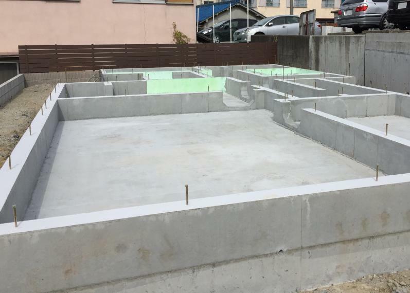 構造・工法・仕様 建物の底板一面を鉄筋コンクリートで支えるベタ基礎。家の荷重を底面全体で支えるため、安定性に優れます。 床下の換気には、全周基礎パッキン工法を採用し、土台が腐る原因を排除。ユニットバスや玄関等、冷気を入れたくない場所には機密パッキンを入れて、換気対策を行っています。 ※写真は弊社施工例