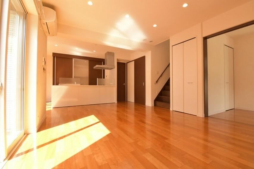 居間・リビング 家族とのつながりを大切に考えたリビング階段。明るく広々とした16帖のリビングは隣の洋室とつなげることができ広々スペースに!