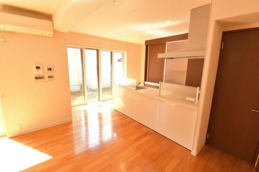 キッチン 大きな窓からは陽がたっぷり入り込む明るいダイニング