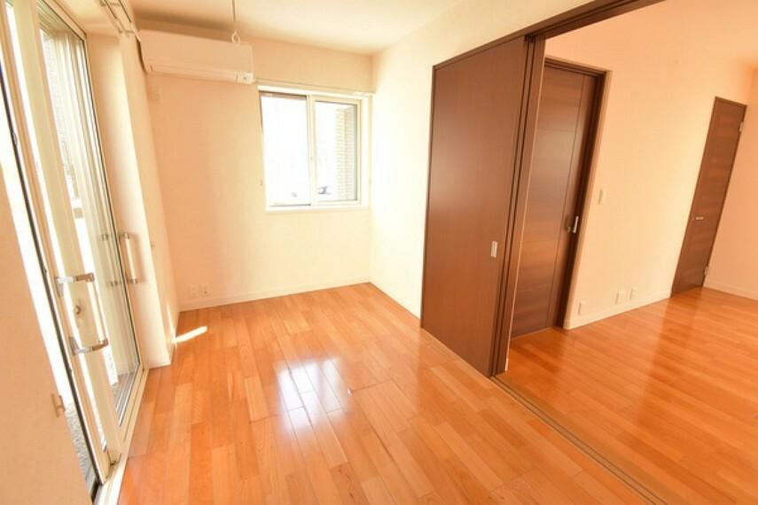 洋室 LDK横の洋室はご自由にお使いいただけるスペースです。