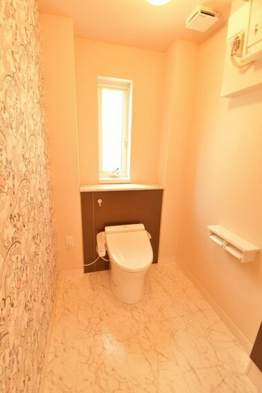 トイレ お子様も使いやすい手洗い別の広いトイレです。