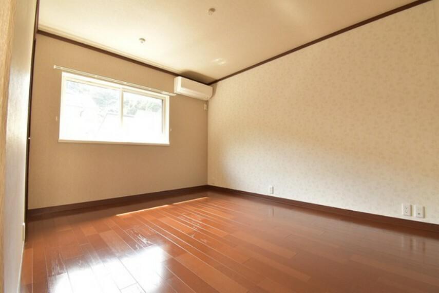 洋室 2階6.5帖の洋室は主寝室に。隣には大きなWICもあります。
