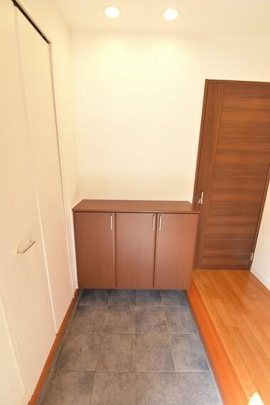 玄関 明るい玄関にはシューズボックスがあります。左側の収納からはリビングに繋がります。