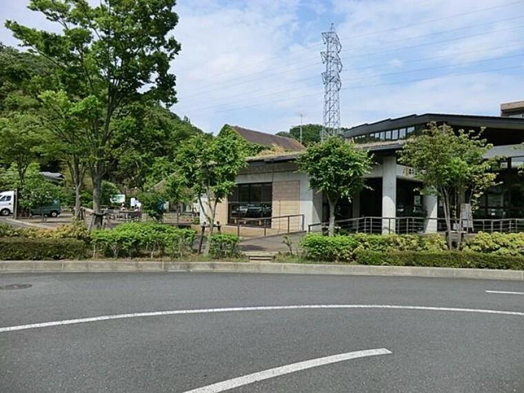 公園 東高根森林公園(川崎市のほぼ中央に位置し、弥生時代の集落跡と天然記念物のシラカシ林を守りながら、豊かな自然をより身近に感じられる公園です)