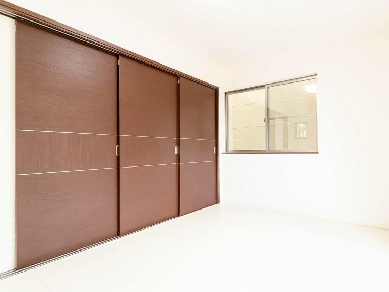 洋室 リビングに隣接した洋室。開け放してリビングと一体化してお使いいただくのもいいですね。