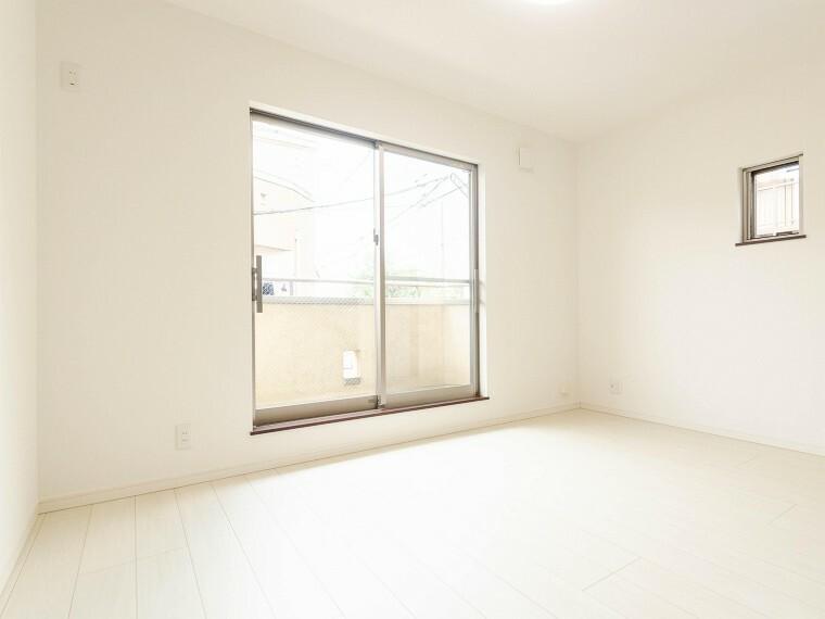 寝室 大きな窓からたっぷりと陽光が注がれる明るい空間。家族の成長に対応できる永住仕様の間取り。