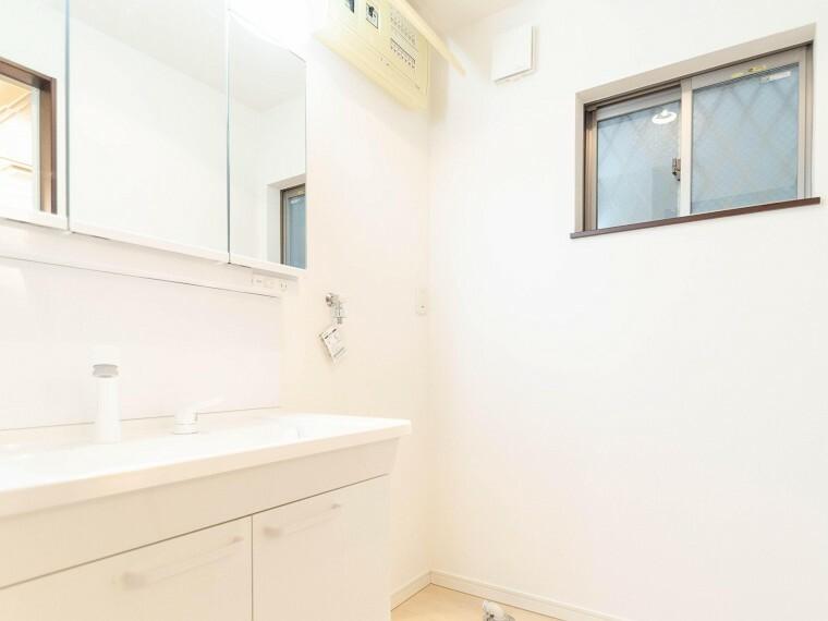 脱衣場 収納たっぷりの三面鏡つき洗面台。毎朝身支度で活躍するスペースです。