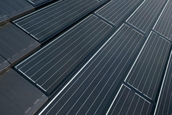 発電・温水設備 積水ハウスは太陽光電池モジュールのデザインを改良。太陽電池モジュールそのものを屋根材とし、「オリジナル平瓦」とデザインを統一して屋根材との一体感を実現。もちろん強度や耐久性も徹底追求。太陽電池モジュールの出力およびパワーコンディショナは15年保証(多結晶シリコンタイプKは出力20年保証)としています。