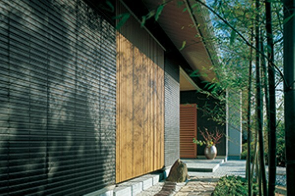 構造・工法・仕様 陶版外壁「ベルバーン」は、太古の地層から採掘される土などエコロジーな自然素材が主原料です。焼き物ならではの触れて温かな質感、光や影が織りなす豊かな表情をもちます。陶器が年代を経てさらに魅力を増すように、歳月を重ねた「ベルバーン」の表情は、住まう人の愛着にいつまでも応えてくれます。