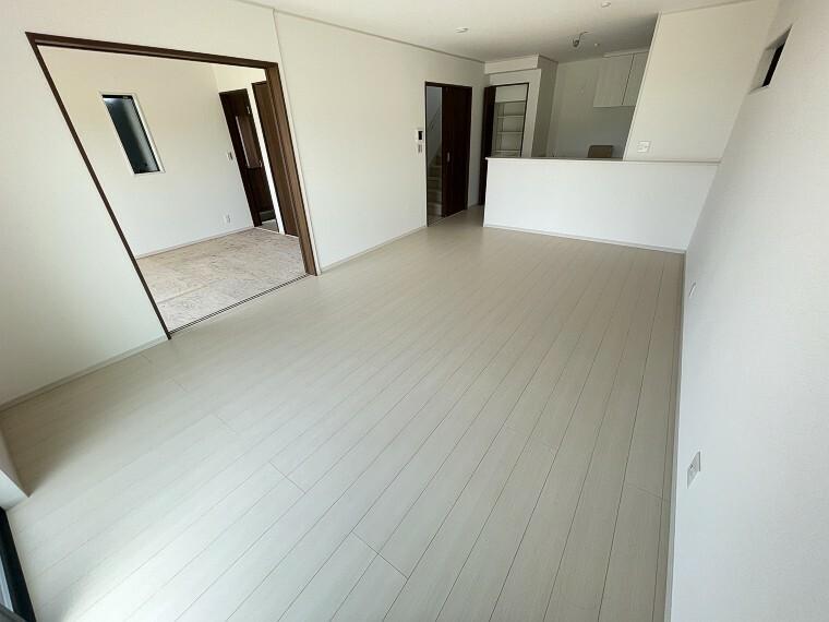 リビングダイニング 17.5帖の広々リビングで、家族みんながくつろげる住空間。ホワイトカラーでインテリアも映えますね。