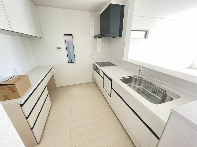キッチン 忙しい奥様に嬉しい食器洗浄乾燥機付き!収納も充実でスッキリとした水回りを保てます!