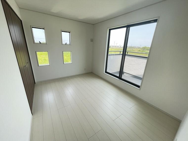 居間・リビング 小窓からは明るい陽が溢れます。バルコニーにも出れるお部屋です。