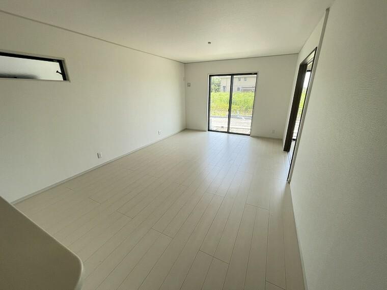 リビングダイニング キッチン側から見たリビング。窓を開ければ風通しもよく、居心地の良い住空間。