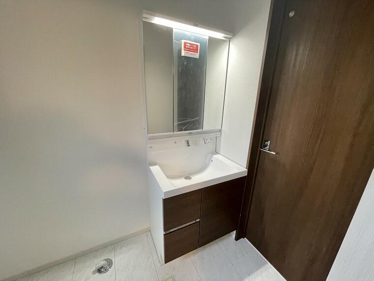 洗面化粧台 木目調のパネルがアクセントのシャワー付き洗面化粧台。収納も沢山入ります。