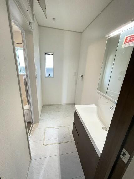 洗面化粧台 ホワイトカラーで、シンプルかつ広々とした洗面室。