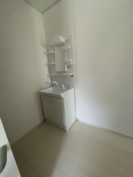 洗面化粧台 2階にも洗面台があり、起床してすぐに洗顔や歯磨きが出来て便利です。