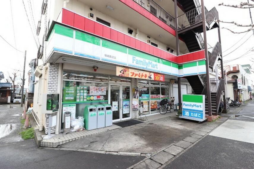 コンビニ ファミリーマート稲城長沼店 コンビニエンスストアは、お買い物はもちろん、銀行のキャッシュディスペンサーや宅急便・チケット販売もありとても便利ですね!