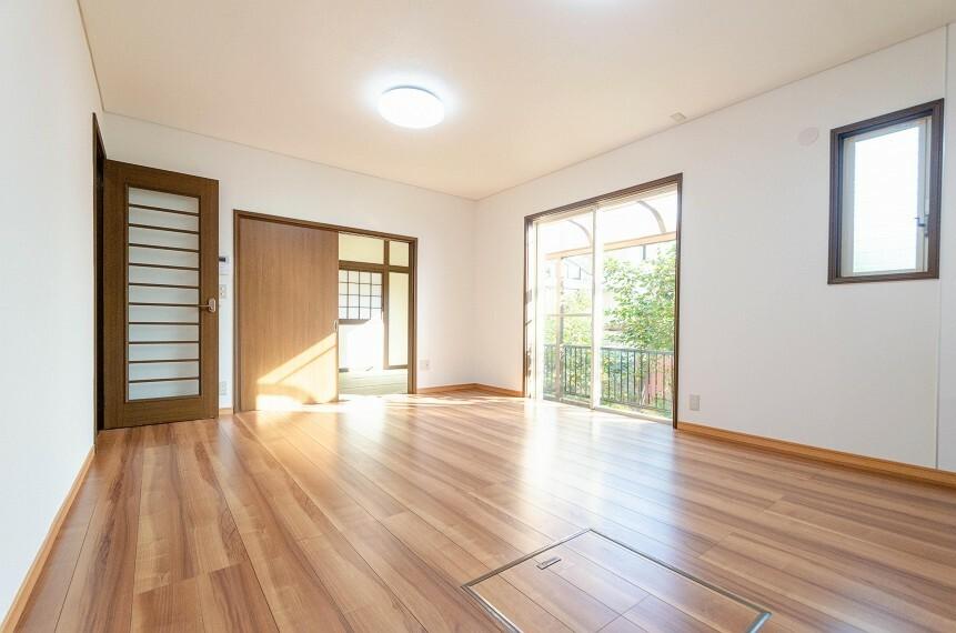 居間・リビング 明るく開放的な空間が広がるLDK。室内には豊かな陽光が注ぎ込み、爽やかな住空間を演出。