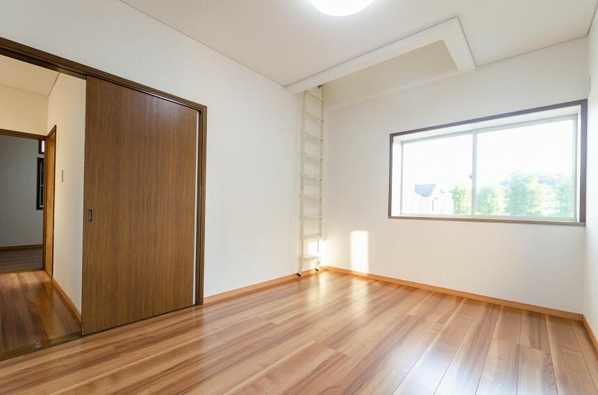 洋室 大きな窓からたっぷりと陽光が注がれる明るい空間。家族の成長に対応できる永住仕様の間取り。