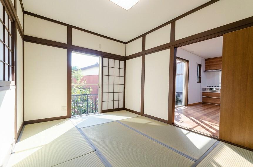 和室 洋室とはまた違った良さと味わいがある和室。畳の香りに癒され、和の空間を感じることのできる落ち着きある一部屋です。