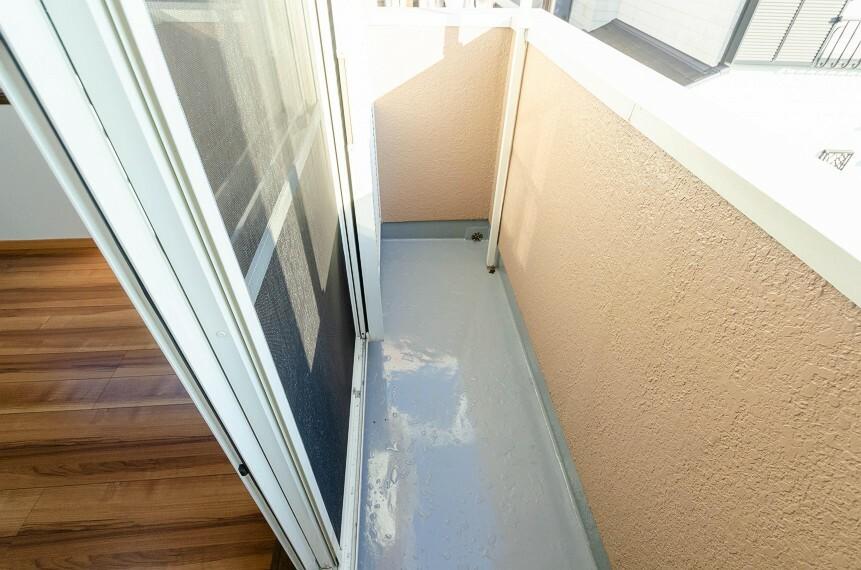 バルコニー プライベート性が確保されたバルコニー。ワイドな空間にたっぷりの陽光が降り注ぎます。
