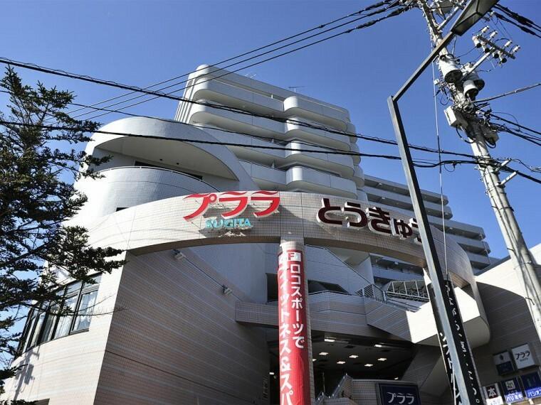 ショッピングセンター プララSUGITA(京急線「杉田」駅直結のショッピングプラザ。東急ストアをはじめ、約60のお店やクリニック、施設が入っています。季節のお祭りやイベントも行われています。)