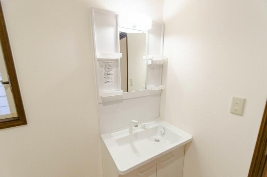 洗面化粧台 清潔感が漂うスクエアデザインの洗面シンクを採用。