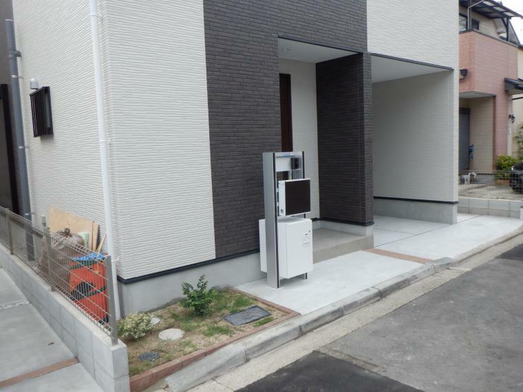 現況外観写真 留守中でも安心の宅配ボックス付機能門柱。